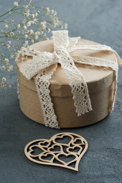 Presente artesanal com laço de laço, coração Foto Premium