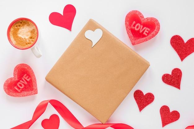 Presente com café e corações para dia dos namorados Foto gratuita