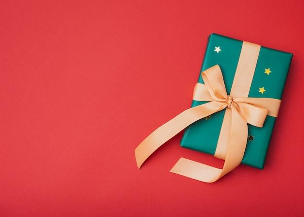 Presente com estrelas douradas para o natal com espaço de cópia Foto gratuita