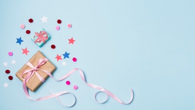 Presente com estrelas e pompons Foto gratuita