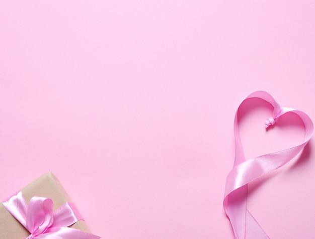 Presente com fita rosa Foto gratuita