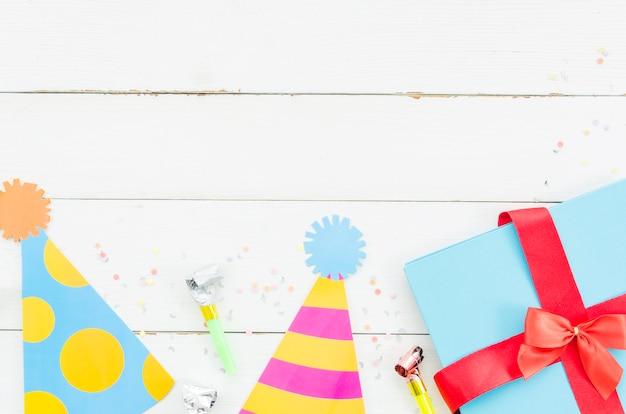 Presente de aniversário com chapéu de festa Foto gratuita
