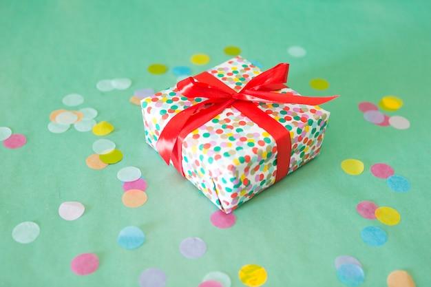 Presente de aniversário com confetes Foto gratuita