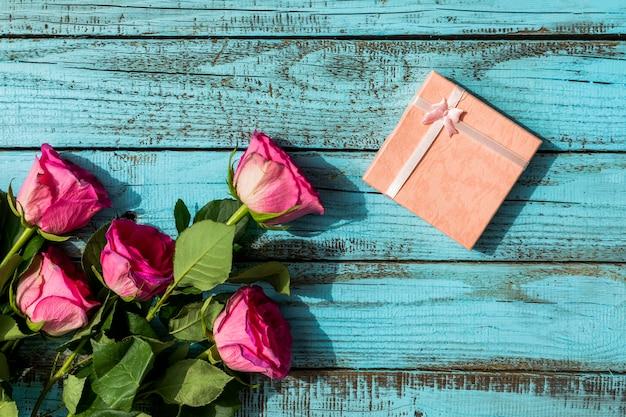 Presente de aniversário e buquê de flores Foto gratuita