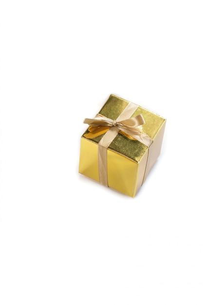 Presente de caixa de presente dourado cintilante bonito isolado ou surpresa com espaço lindo arco para texto Foto Premium