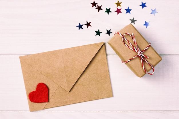 Presente de dia dos namorados na decoração do feriado, copyspace Foto Premium