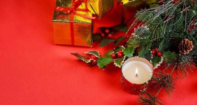 Presente de natal com decorações do feriado, luz de fundo Foto Premium