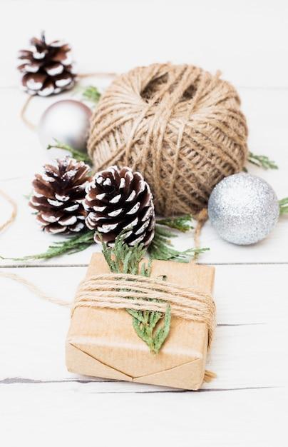 Presente de natal com enfeites de embrulho Foto gratuita