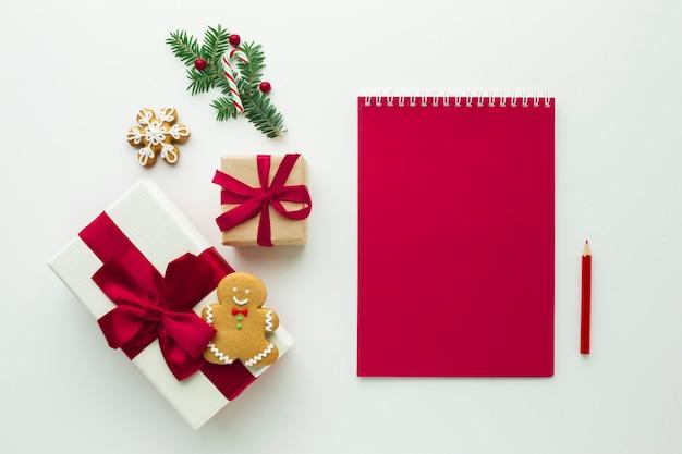 Presente de natal com maquete de notebook Foto gratuita