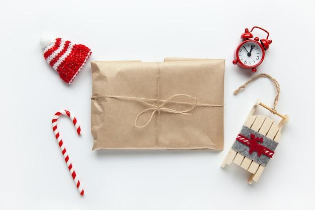 Presente de natal embrulhado em papel artesanal marrom, amarrado com açoite, com bala de cana, Foto Premium