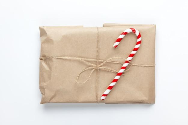 Presente de natal embrulhado em papel artesanal marrom Foto Premium