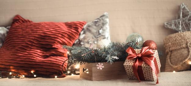 Presente de natal na sala de estar no sofá, com peças de decoração festiva. Foto gratuita