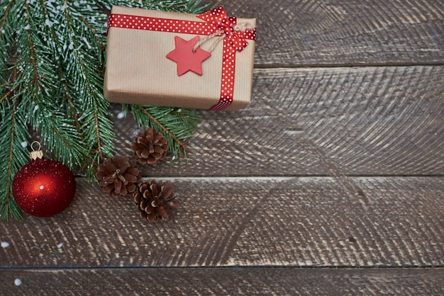 Presente de natal no inverno Foto gratuita