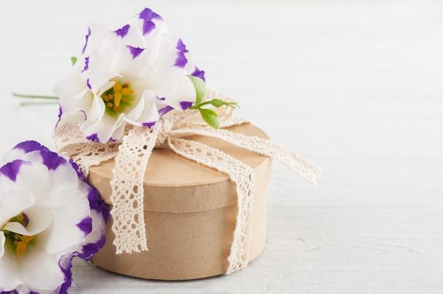 Presente e flores artesanais Foto Premium
