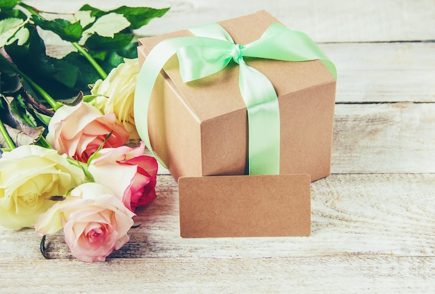 Presente e flores. foco seletivo. holideys e eventos. Foto Premium