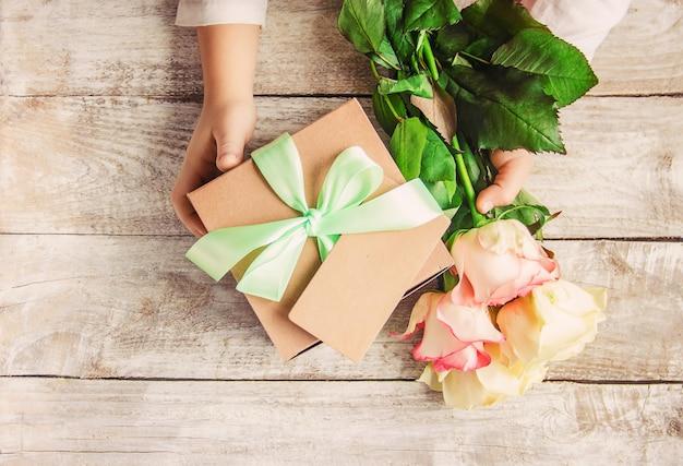 Presente e flores. Foto Premium
