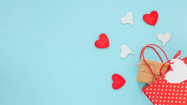 Presente em saco com corações para dia dos namorados Foto gratuita