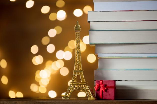 Presente natal, com, torre eiffel, brinquedo, e, pilha livros Foto Premium