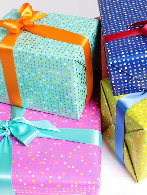 Presentes coloridos com laço decorativo Foto gratuita