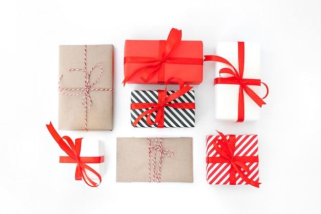 Presentes com decorações vermelhas no branco Foto Premium