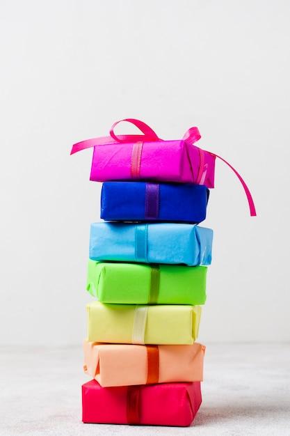 Presentes de arco-íris na mesa para festa de aniversário Foto gratuita