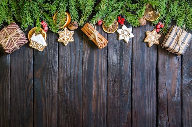 Presentes de natal em um fundo branco de madeira com galhos de árvores. presentes de ano novo Foto Premium