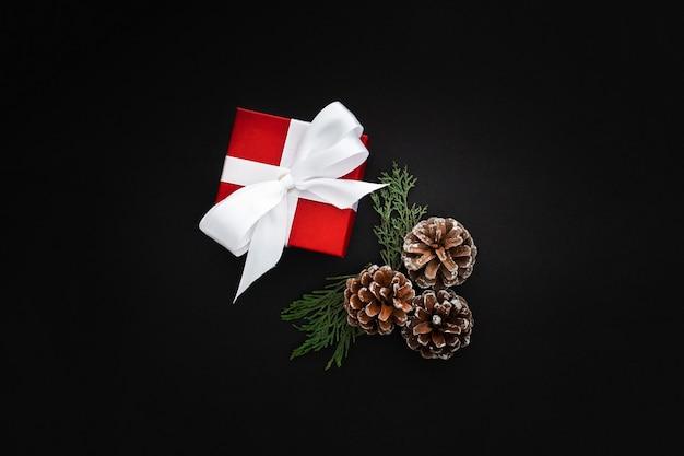 Presentes de natal em um fundo preto Foto gratuita