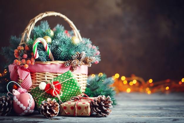Presentes de natal em uma cesta com ramos de abeto Foto Premium