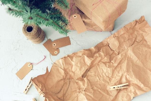Presentes de natal, etiquetas de papel e árvore de natal Foto gratuita