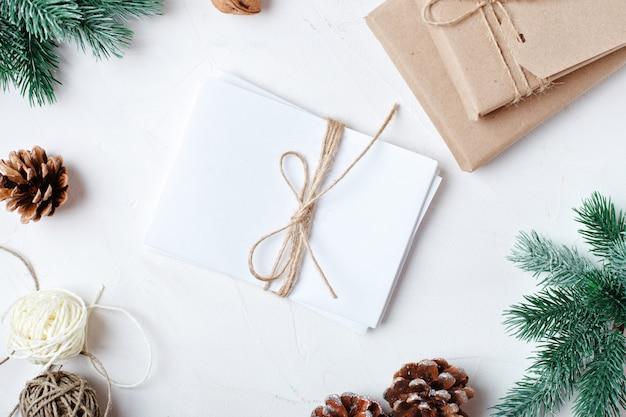 Presentes de natal na luz de fundo Foto Premium