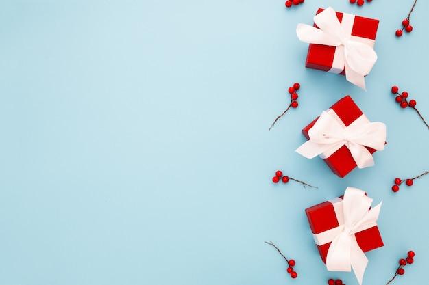 Presentes de natal vermelho com fita branca Foto gratuita