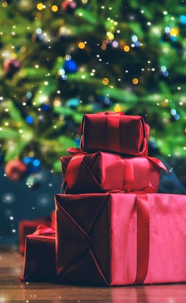 Presentes debaixo da árvore de natal. noite de natal Foto Premium