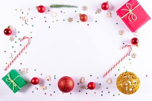 Presentes e decorações em fundo branco. Foto Premium