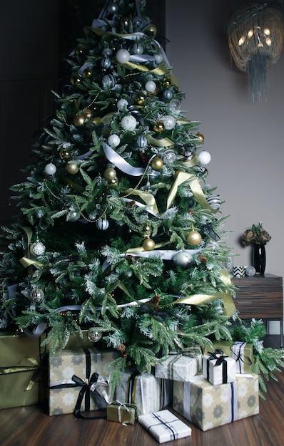 Presentes e presentes debaixo de uma linda árvore de natal Foto Premium
