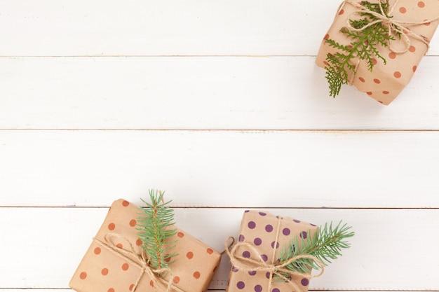 Presentes embrulhados com papel ofício na mesa de madeira branca Foto Premium