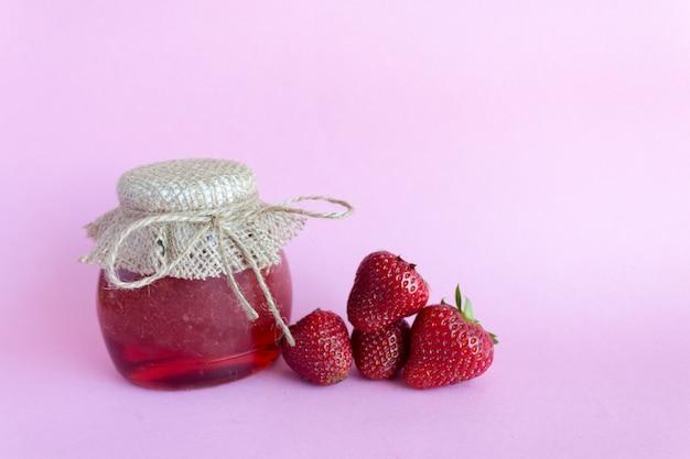 Preservação de verão de geléia. geléia de morango rosa, morangos Foto Premium