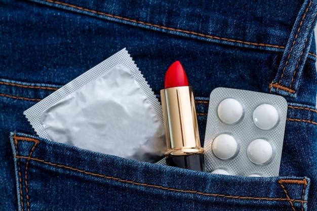 Preservativo para sexo seguro e protegido. proteção e prevenção de doenças venéreas e infecções sexualmente transmissíveis Foto Premium