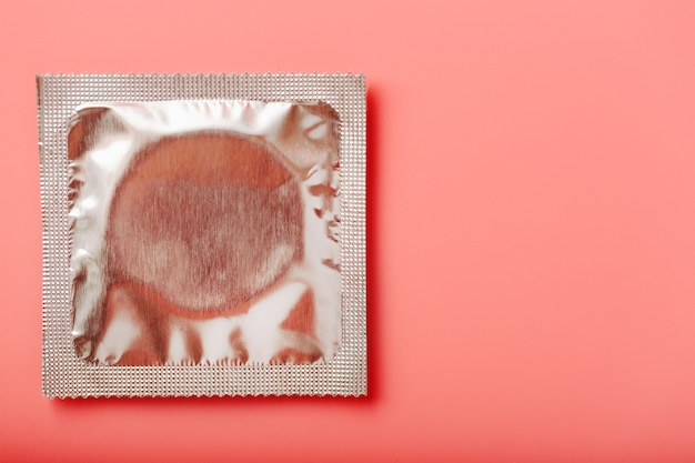 Preservativo transparente, close-up, vista superior. conceito de sexo seguro. Foto Premium