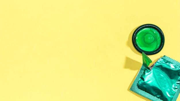 Preservativo verde vista superior com cópia-espaço Foto gratuita