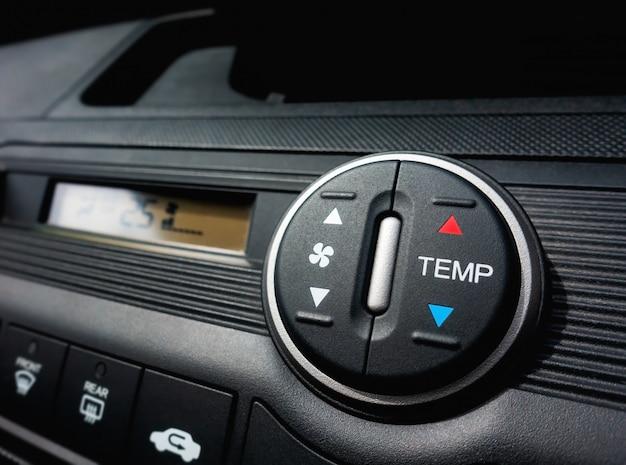 Pressionando no interruptor do ventilador de um sistema de ar condicionado de carro Foto Premium