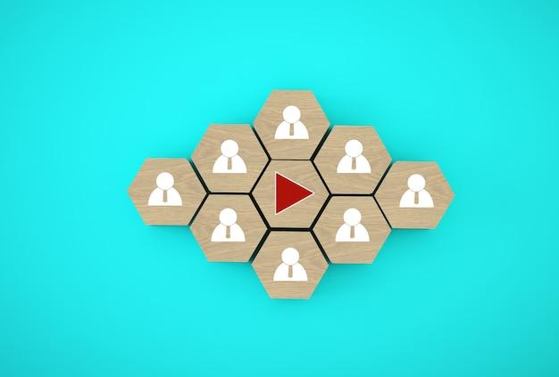 Pressionando o botão play em cubos de madeira do hexágono Foto Premium