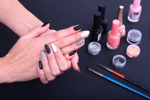 Preto, branco nail art manicure. garrafa de esmalte. Foto Premium