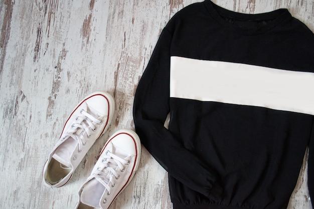 Preto com suéter branco e sapatos brancos Foto Premium