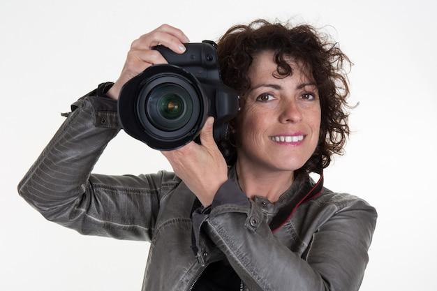 Pretty woman é um fotógrafo profissional com câmera dslr Foto Premium