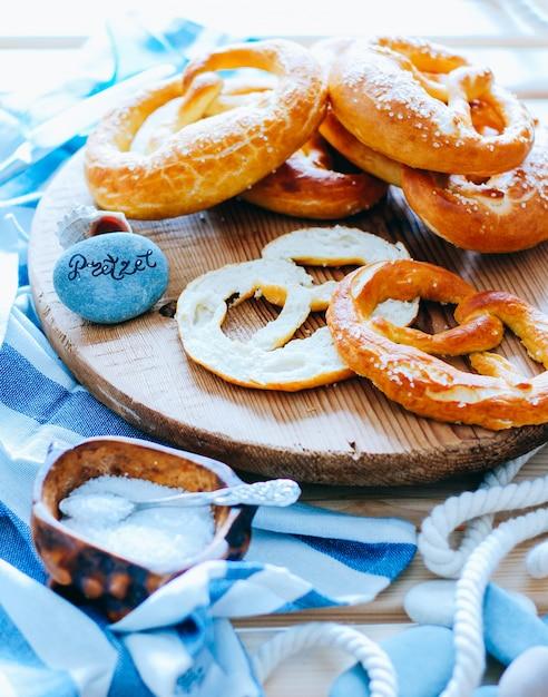 Pretzels caseiros integrais com sal, oktobetfest Foto Premium