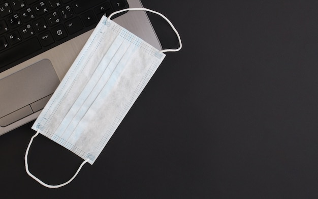 Prevenção de coronavírus laptop e gel desinfetante. o escritório está em quarentena, vírus de proteção de trabalho remoto, covid-19 Foto Premium