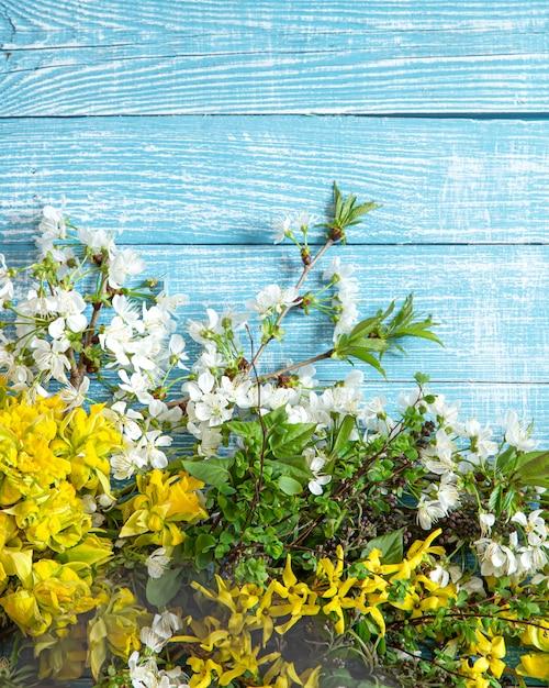 Primavera linda flores e flores sobre fundo de madeira. Foto gratuita