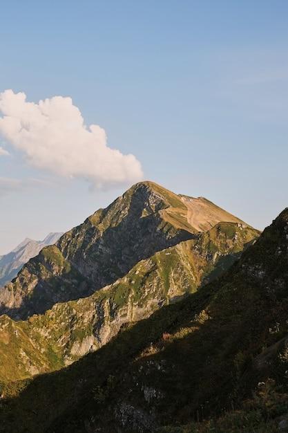 Primavera paisagem montanhosa. recurso krasnaya polyana red meadow. rússia. Foto Premium