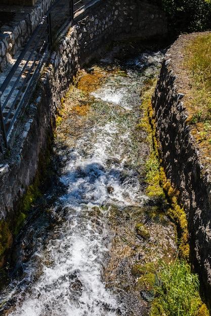 Primavera pura de montanha ou fluxo com água fria Foto Premium