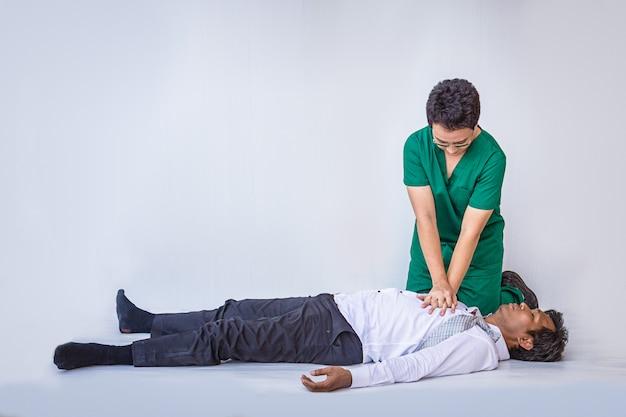 Primeiros socorros cpr de emergência no homem de ataque cardíaco Foto Premium